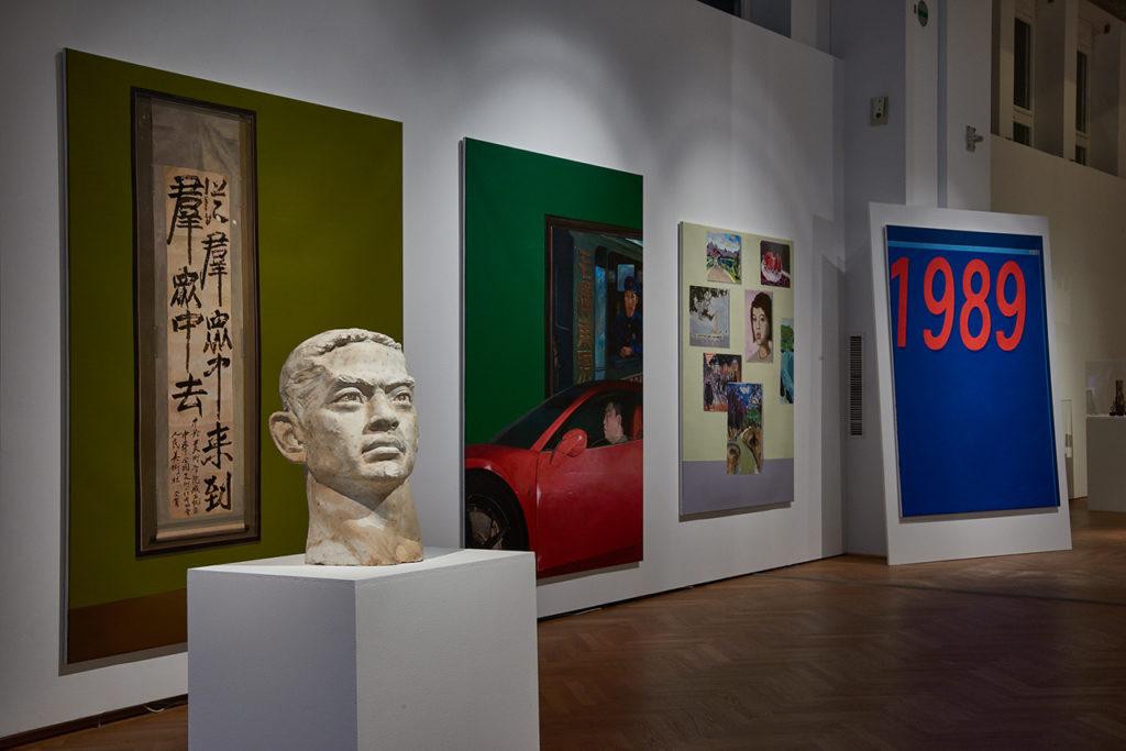 MAK-Ausstellungsansicht, 2019 CHINESE WHISPERS. Neue Kunst aus der Sigg Collection MAK-Ausstellungshalle Liu Ding, New Man, 2014 Öl auf Leinwand, Mixed Media © MAK/Georg Mayer China im Bild