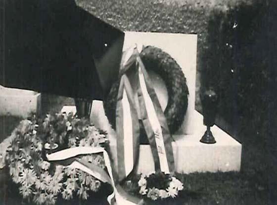 Der Grabmal von Adolf Loos am Wiener Zentralfriedhof am 23. August 1958 anlässlich