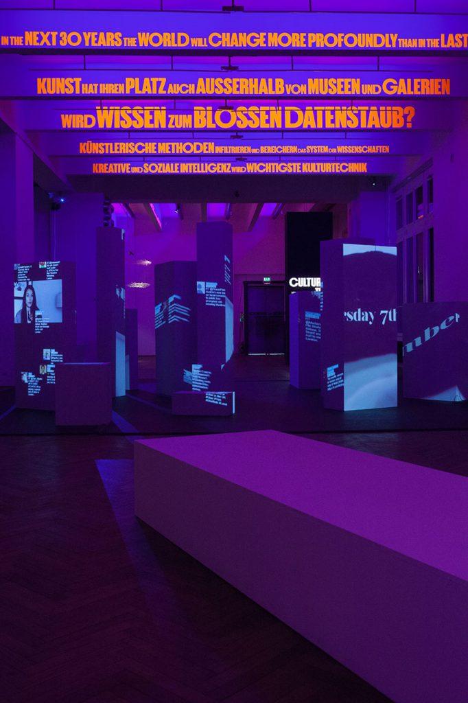 """Ausstellungsansicht, 2017 ÄSTHETIK DER VERÄNDERUNG. 150 Jahre Universität für angewandte Kunst Wien MAK-Ausstellungshalle © Kristina Satori/MAK, Experiment """"AppliedGuide"""""""