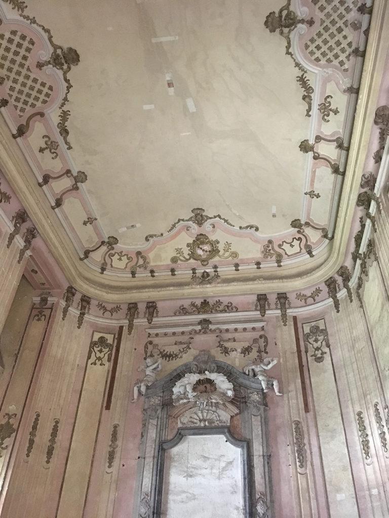 Die von Franz Stephan erbaute Schlosskapelle mit der Nische für das Altarbild, der gesamte Raum war mit Putti aus der schlosseigenen Fayencemanufaktur geschmückt © Michael Macek