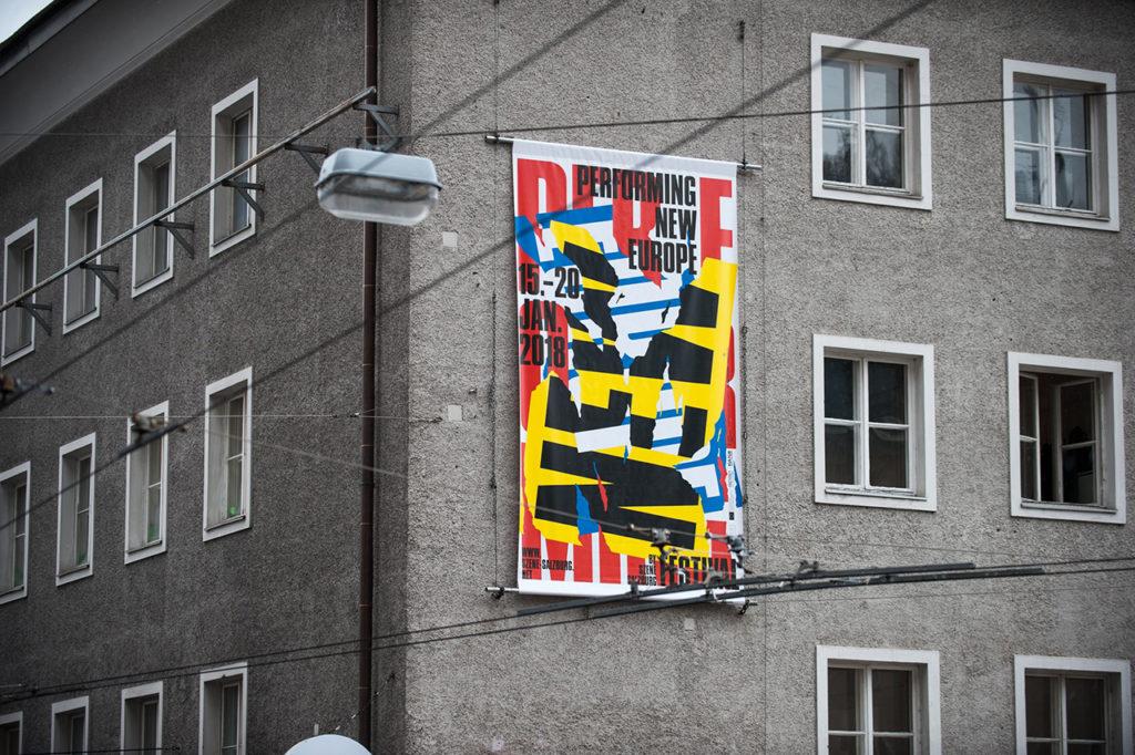 Performing New Europe, an einer Hausfassade © Beton, Foto: Bernhard Müller 100 Beste Plakate 17