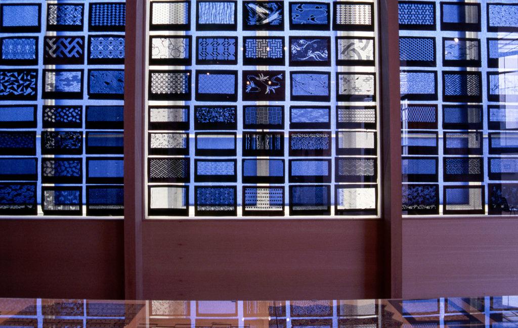 Ausstellungsansicht VERBORGENE IMPRESSIONEN – Japonismus in Wien 1870–1930, 1990, MAK-Ausstellungshalle © MAK Katagami im MAK
