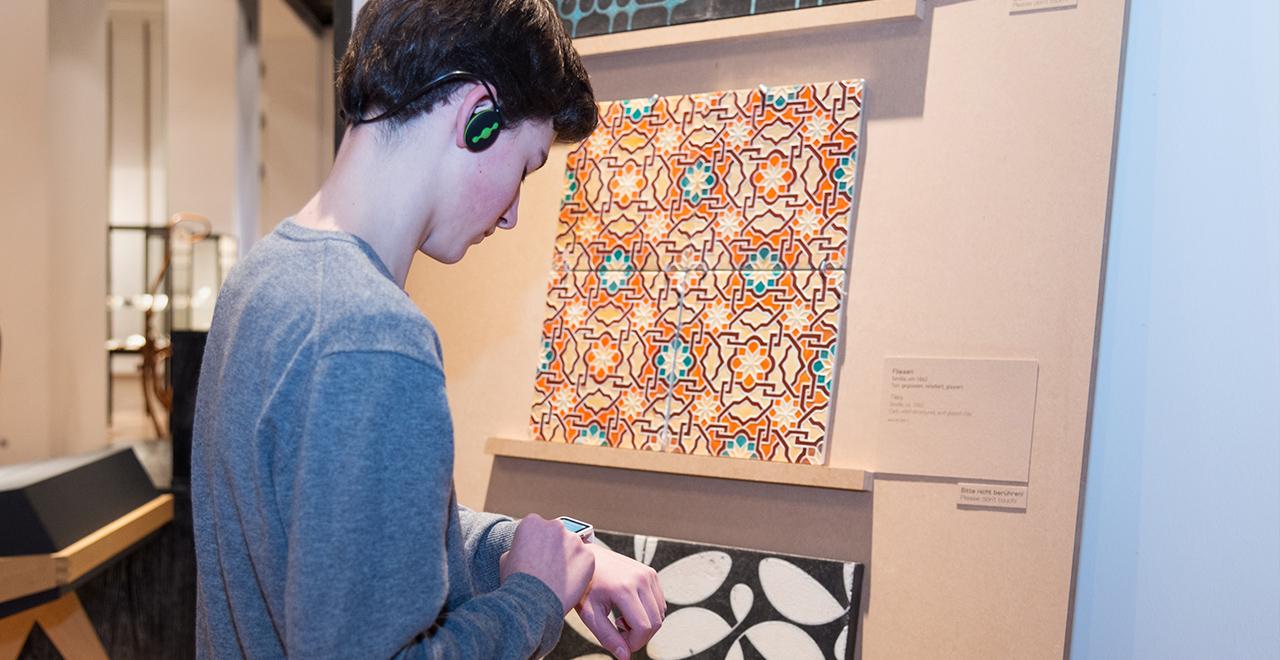 MAK-Kulturvermittlung mit Smartwatch-APP in der Ausstellung handWERK. Tradiertes Können in der digitalen Welt © MAK/Mona Heiß