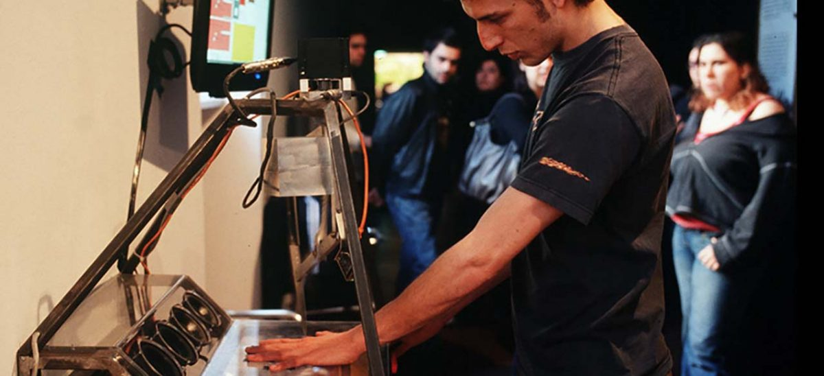 """""""I got a feeling, you're fooling"""": eine Vertrauensfrage von Marlies Wirth anlässlich der Ausstellung Hello, Robot."""